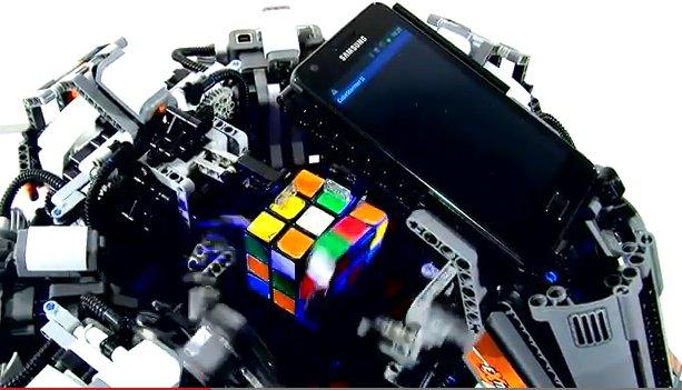 Robot basado en android bate el Rubik-record