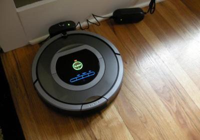 deja el robot Roomba cargando en la base