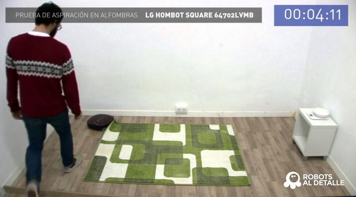 Un robot aspirador LG limpiando la alfombra